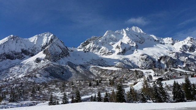 """Sul ghiacciaio Presena Tim Linhart sta creando il violoncello di ghiaccio per """"N-ICE CELLO TOUR"""" di Giovanni Solima"""